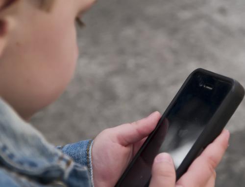Crianças brasileiras consomem 21h de tecnologia por semana
