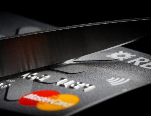 Consumidor está endividado e recorrendo ao cartão de crédito