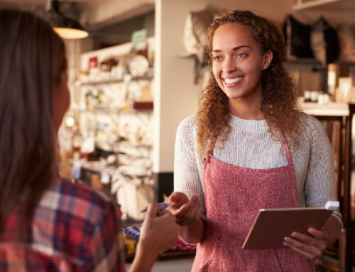 Metade dos jovens brasileiros prefere comprar na loja física, mostra pesquisa