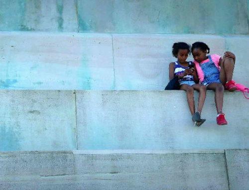 Crianças passam 5,7 horas do dia no celular, segundo estudo